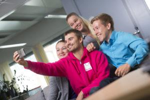 Nuoret kuvaavat selfietä