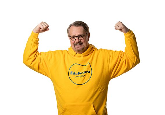 Kuntayhtyhtymän johtaja Vesa Saarikoski keltainen EduFutura-huppari päällä.