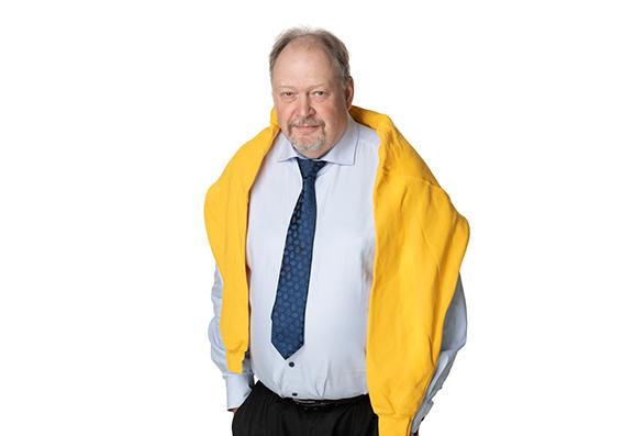 Jyväskylän ammattikorkeakoulun rehtori Jussi Halttunen keltainen EduFutura-huppari harteilla.
