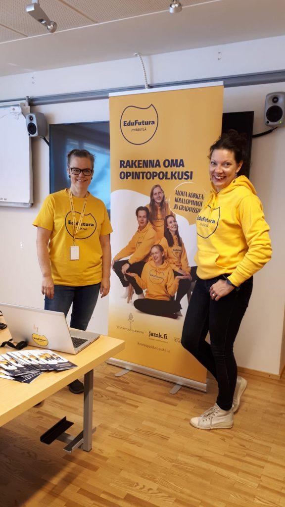 Katja Räsänen ja Mira Ruth-Viitanen seisovat EduFutura-rollupin edessä