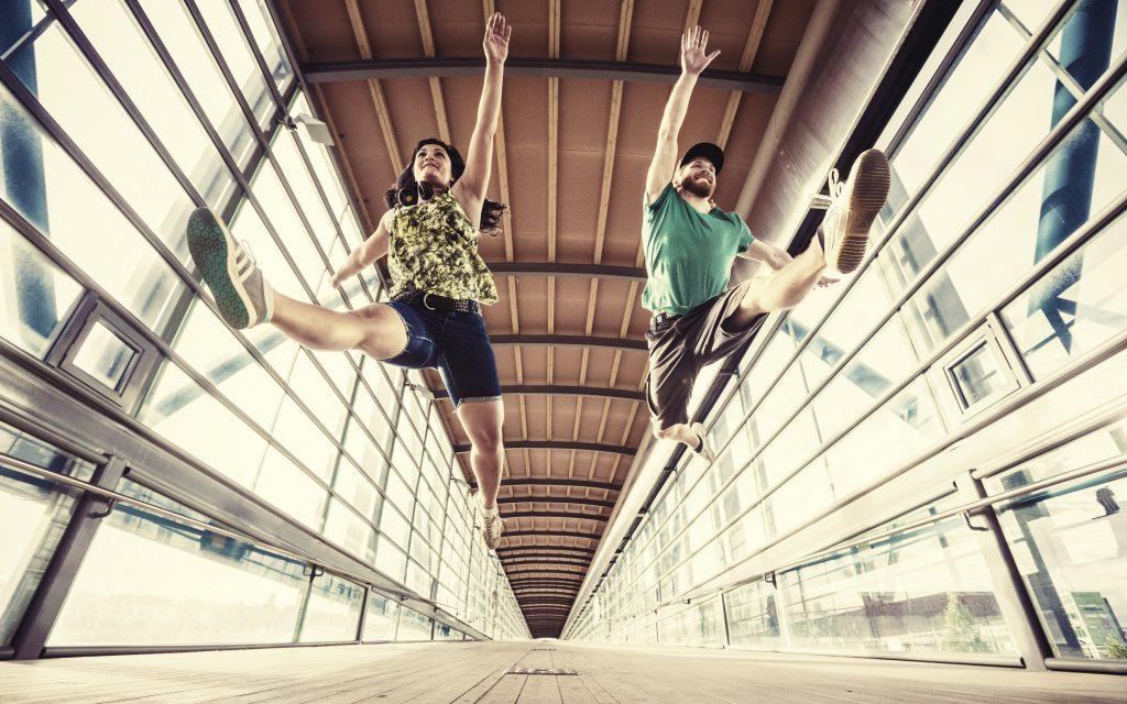 Tyttö ja poika hyppäävät_Kuva Mikko Laitinen