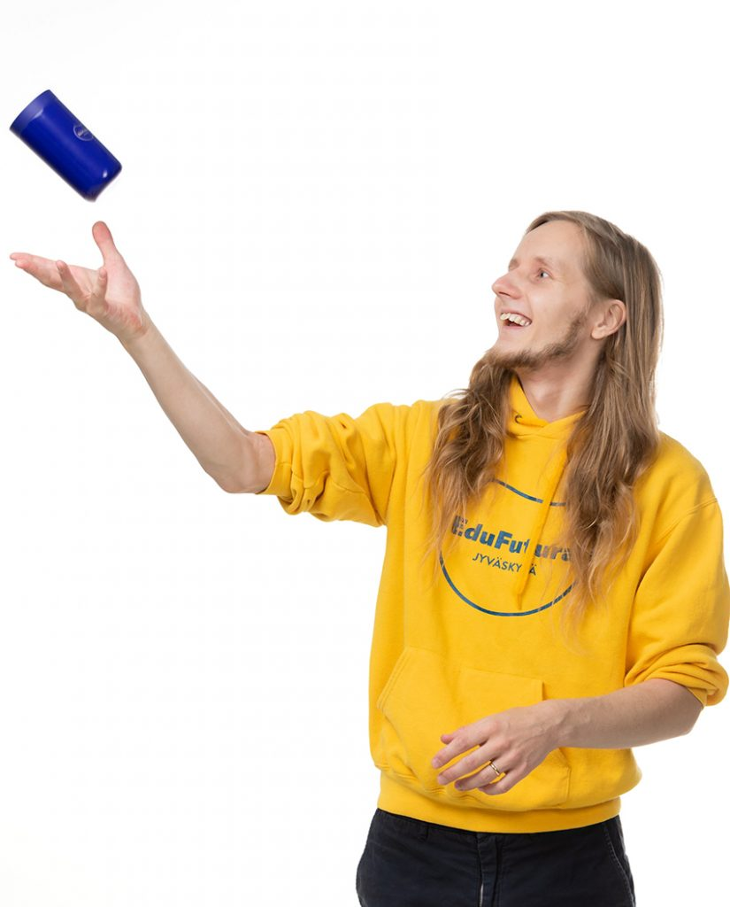 Mies heittää termosmukia