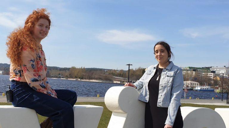 Kaksi naista Jyväskylän satamassa