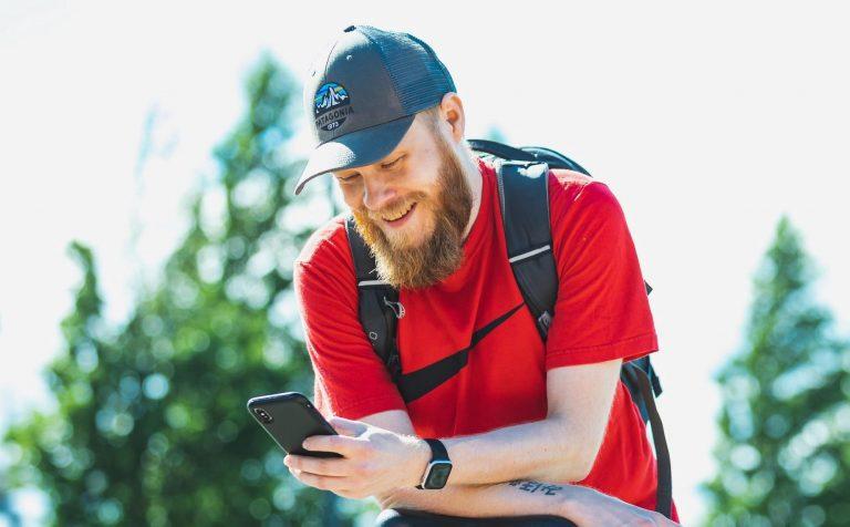 Mies selaa kännykkää. Kuva Tero Takalo-Eskola.