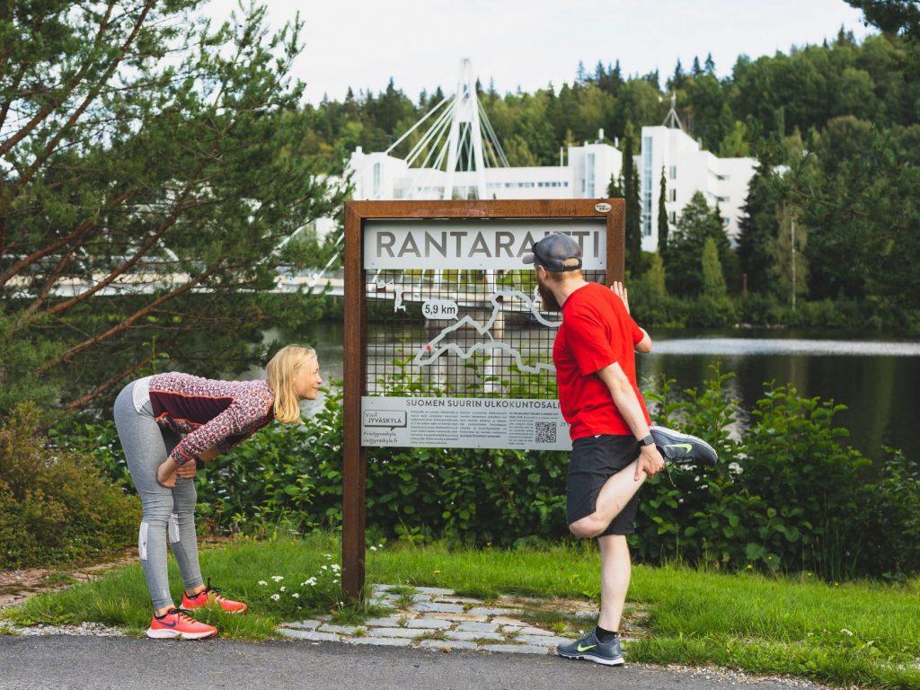 Nainen ja mies venyttelevät Rantaraitilla. Kuva Tero Takalo-Eskola.