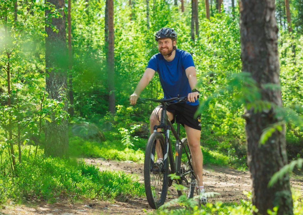 Mies ajaa maastopyörällä. Kuva Tero Takalo-Eskola.